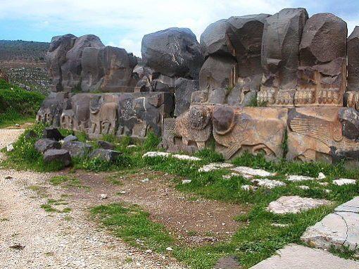 Löwen und Sphingen aus Basalt an der äußeren Sockelzone des Tempels von Ain Dara, Copyright: Odilia, CC BY-SA 3.0
