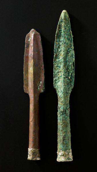 Zwei bronzene Speerspitzen mit versilberten Tüllen aus der Königsgruft von Qatna - Copyright: Landesmuseum Stuttgart