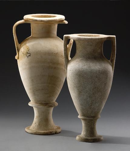 Zwei Amphoren. Das sind große Gefäße, die in der Regel aus Ton, in diesem Fall aus Stein hergestellt wurden und zum Transport von Waren, wie bspw. Olivenöl dienten.