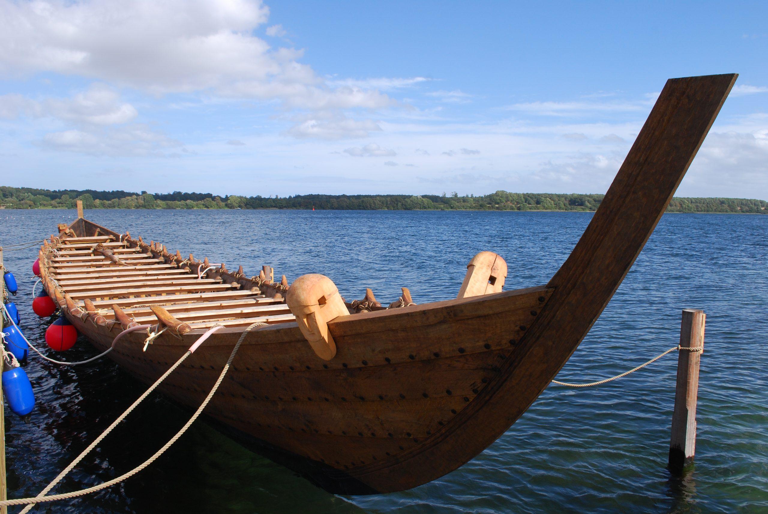 Ein neues Ruderboot aus Holz in einem Fyord.